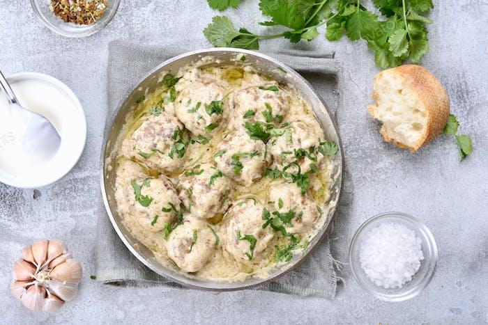Abendessen mit Fleischbällchen in weißer Soße