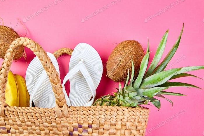 Flache lage sommer weiße flip-flops wicker bambus tasche und frische exotische früchte