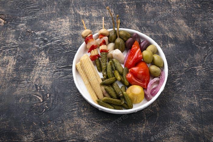 Sortiment von mariniertem oder eingelegtem Gemüse