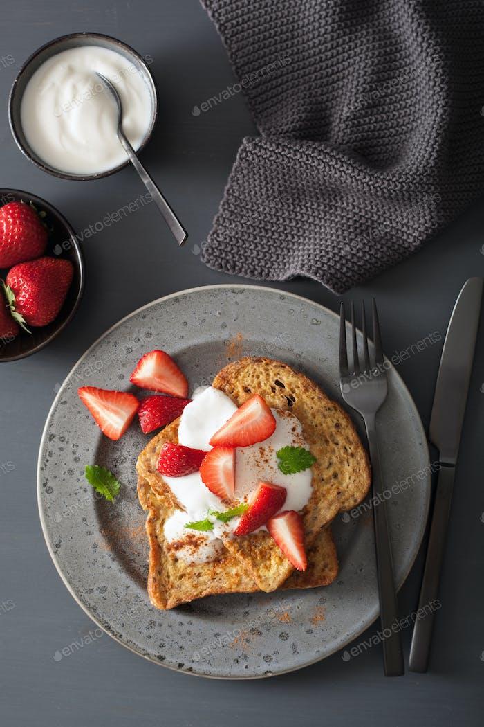 Französisch Toast mit Joghurt und Erdbeeren zum Frühstück