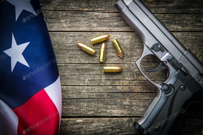Pistolenkugeln, Handfeuerwaffe und USA-Flagge.