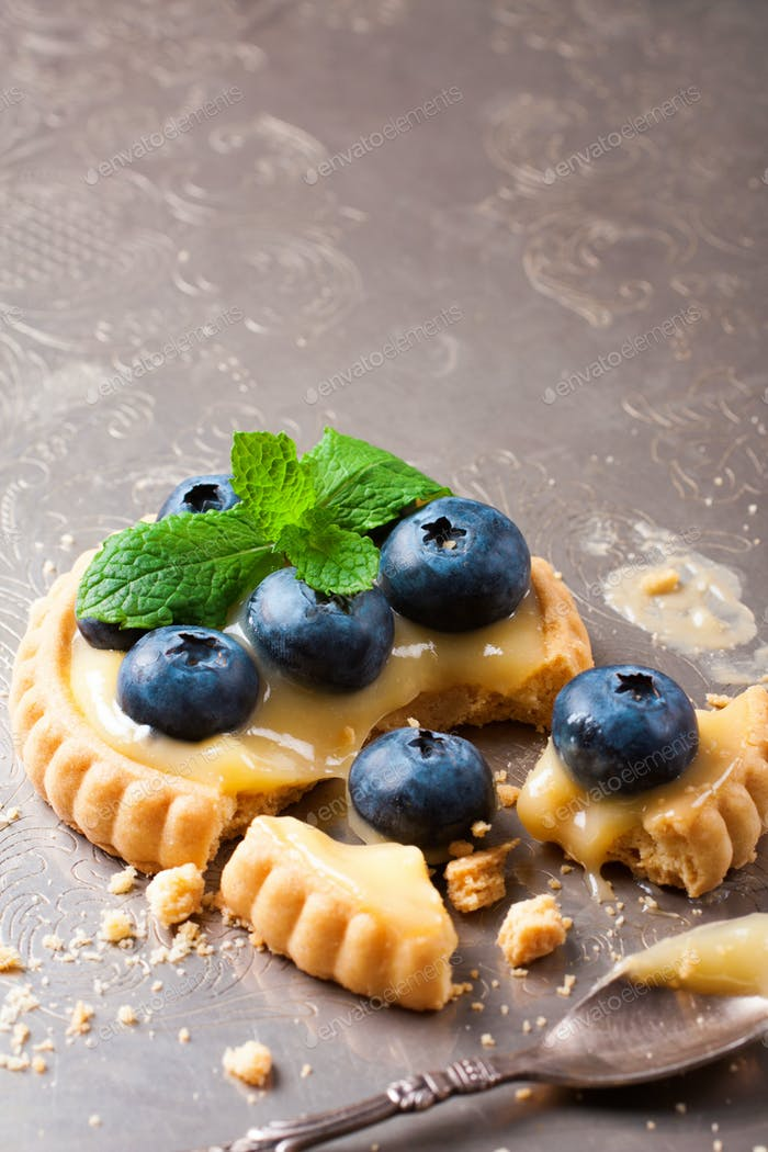 Broken tartlet with lime curd and blueberries