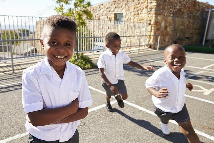 Junge afrikanische Schüler laufen in der Schule Spielplatz