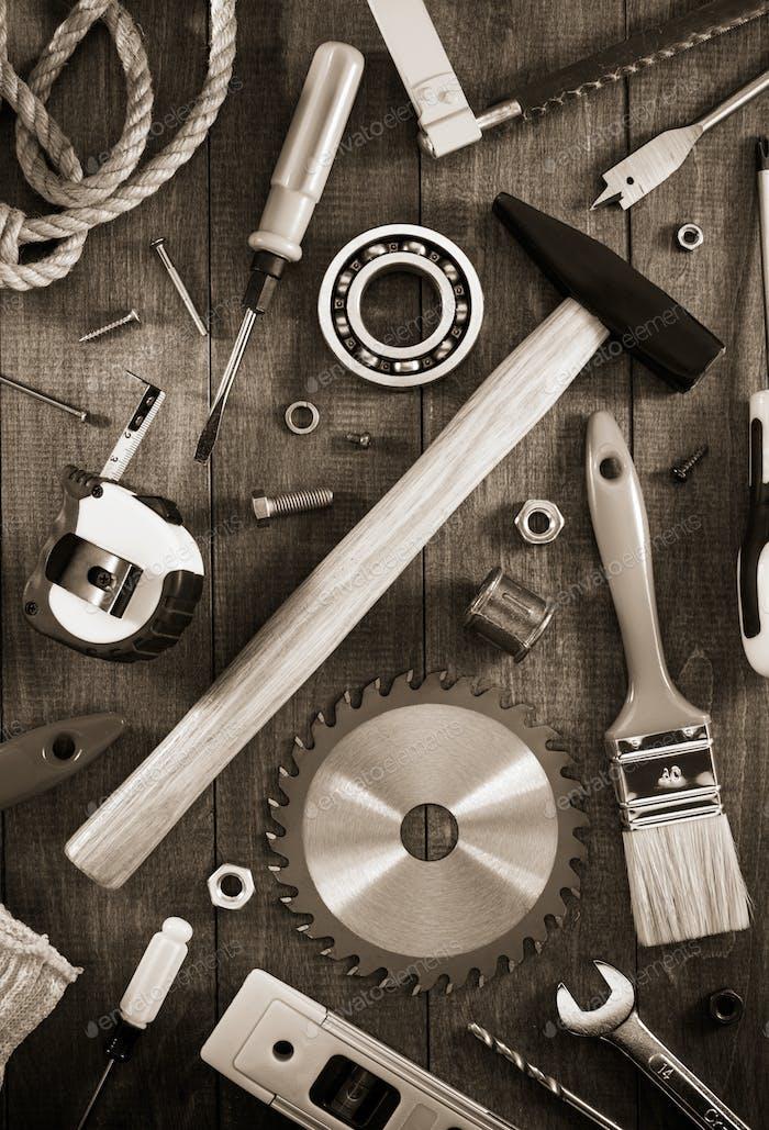 Arbeitswerkzeuge und Instrumente auf Holz