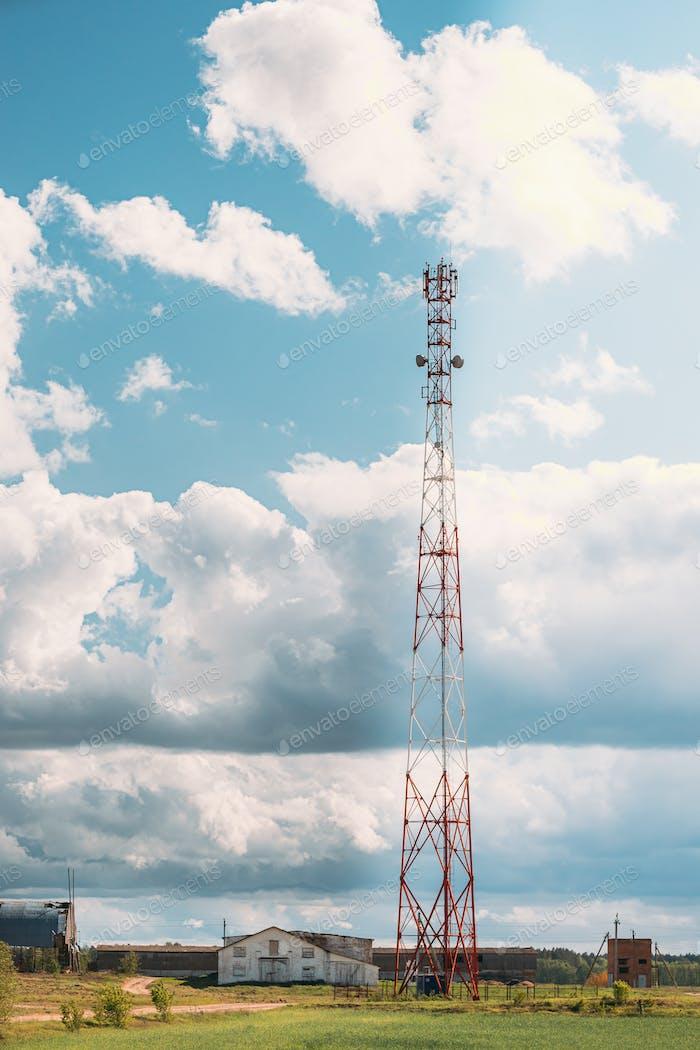 Телекоммуникационная башня сотового телефона с антенной в сельской местности.  Беларусь