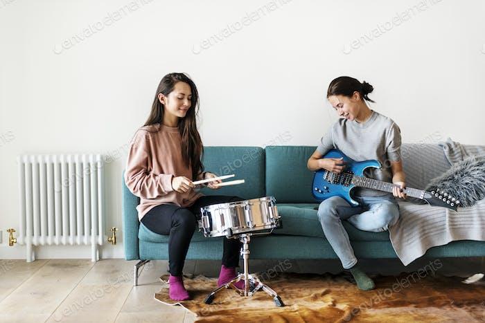 Frauen spielen zusammen Musik zu Hause
