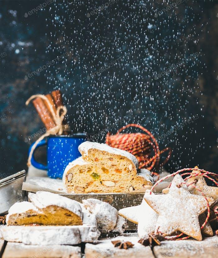 Traditioneller deutscher Weihnachtskuchen Stollen mit festlichen Lebkuchenstern-Plätzchen