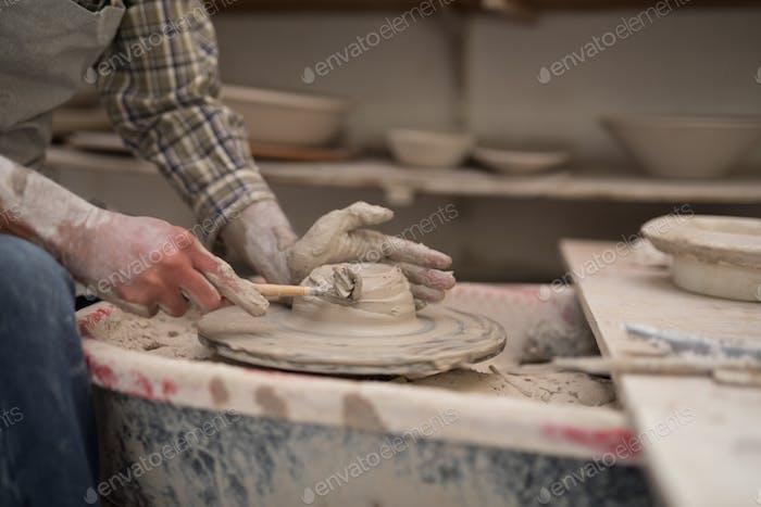 Mittelteil der männlichen Töpferformplatte mit Handwerkzeug