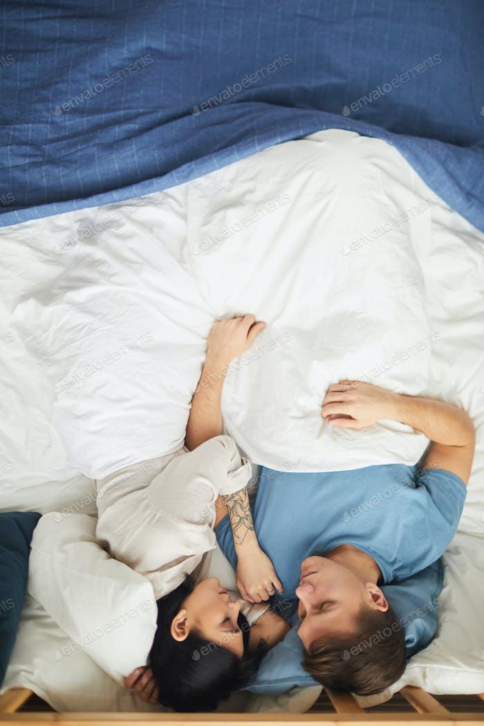 amoroso pareja durmiendo en cama