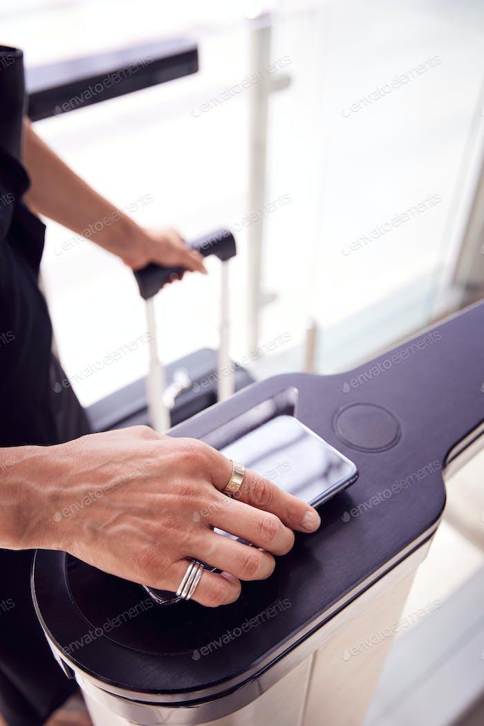 Nahaufnahme des Passagiers in Flughafen-Abfluglounge Scannen digitale Bordkarte auf Smartphone