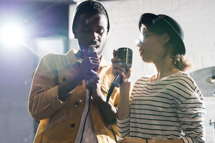 Paar Gesang auf der Bühne
