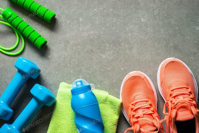 Fitnessgeräte im Steinhintergrund Draufsicht