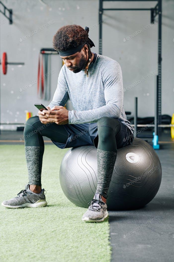 Sportler liest Empfehlungen von seinem Trainer