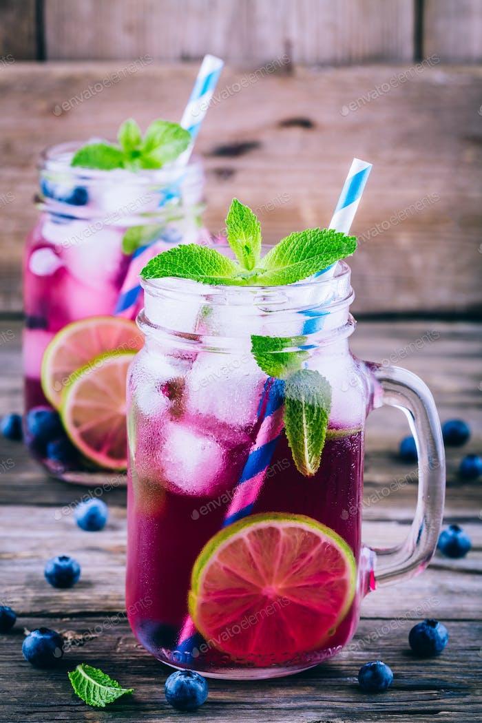 Heidelbeereis Limonade mit Limette und Minze im Einmachglas