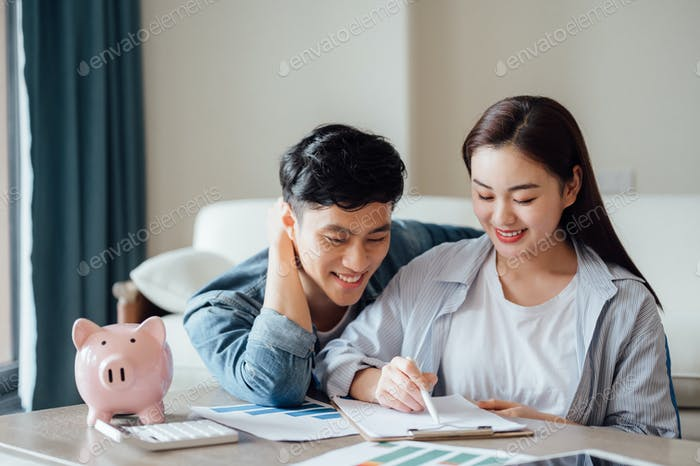 Молодая пара, работающая вместе дома