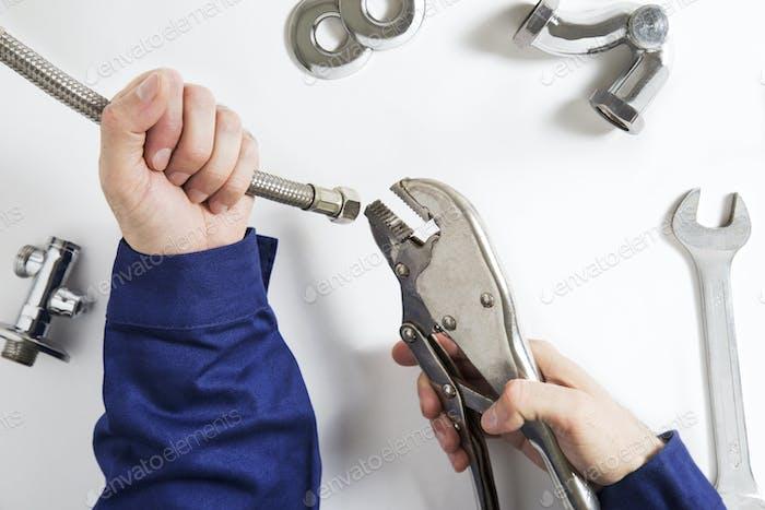 manos de fontanero en Trabajo