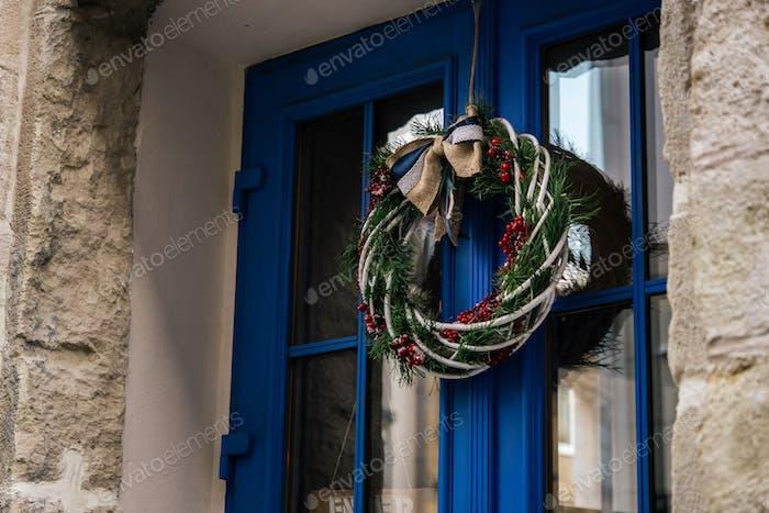 elegante corona de Navidad increíble en la puerta azul