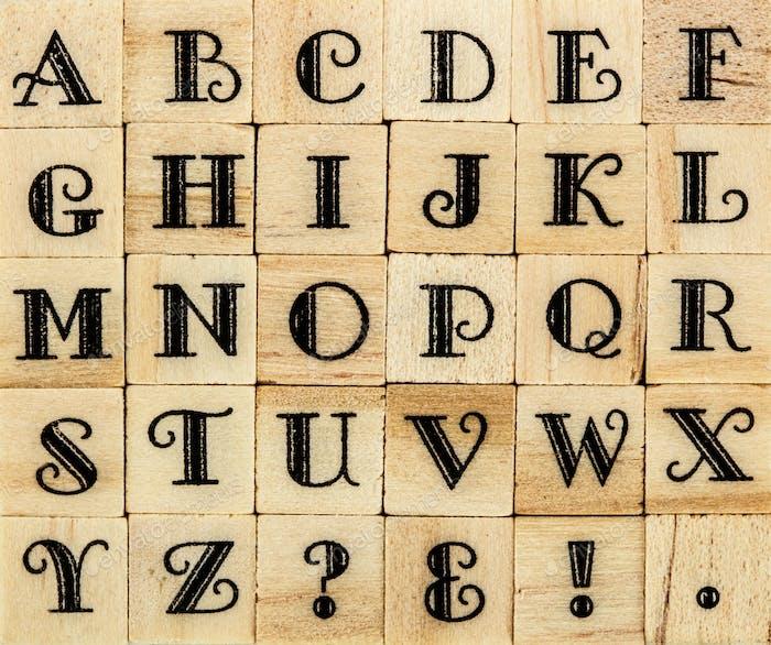 Englisches Alphabet Großbuchstaben, Hintergrund aus isoliertem Holz letterpr