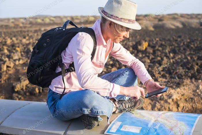 Junge Frau Touristenreise mit Rucksack auf der Karte