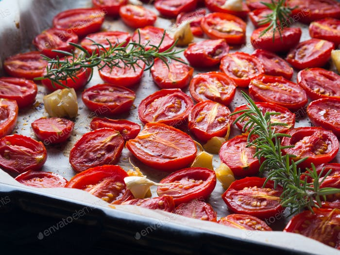 Rote Erbstücktomaten mit Knoblauch gebacken
