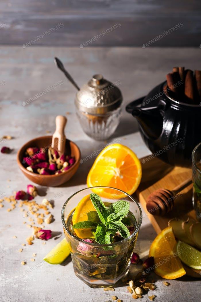 hausgemachten aromatisierten Orangeneistee auf Steinhintergrund