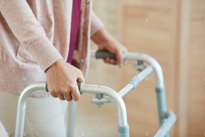 Mujer caminando con andador