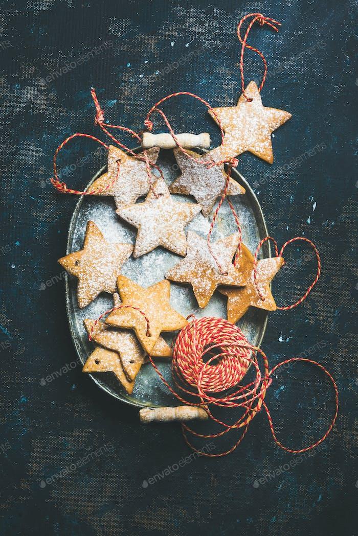 Weihnachtsferien Stern geformt Lebkuchen Plätzchen über dunkelblauen Hintergrund