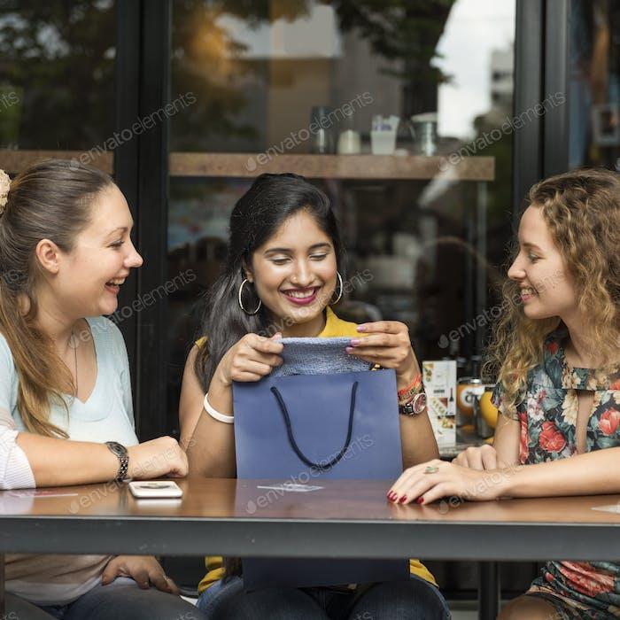 Junge Frauen Shopping Kreditkartenkonzept