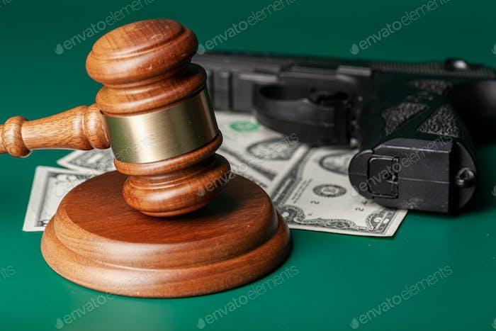 Mazo de ley y una pila de dinero