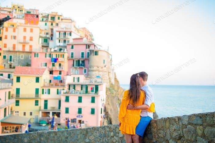 Glückliches Paar Hintergrund atemberaubenden Dorf Manarola, Cinque Terre, Ligurien, Italien