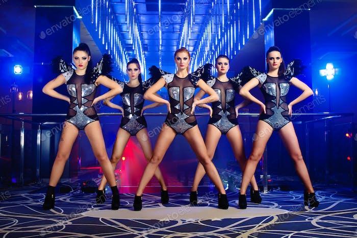 Schöne sexy Go-Go Tänzerin Mädchen posieren im Nachtclub