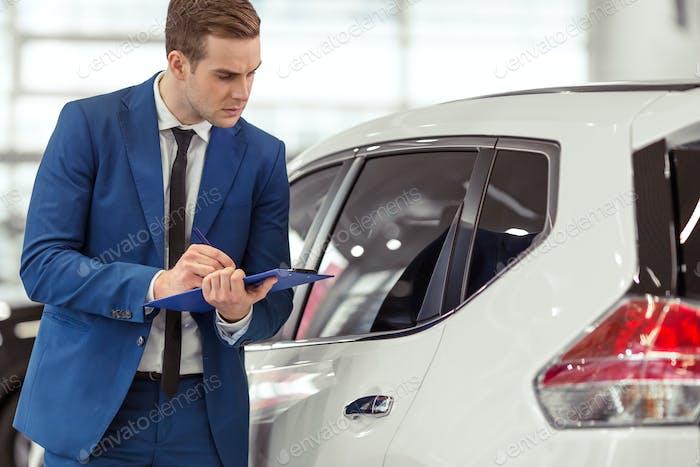 Geschäftsmann im Automobilsalon