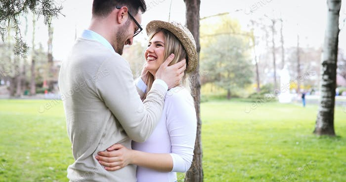 Glückliches Paar zu Fuß im Park