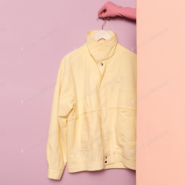 Stilvolle Sportbekleidung. Vintage-Jacke. Minimale Mode. Auf dem Hang