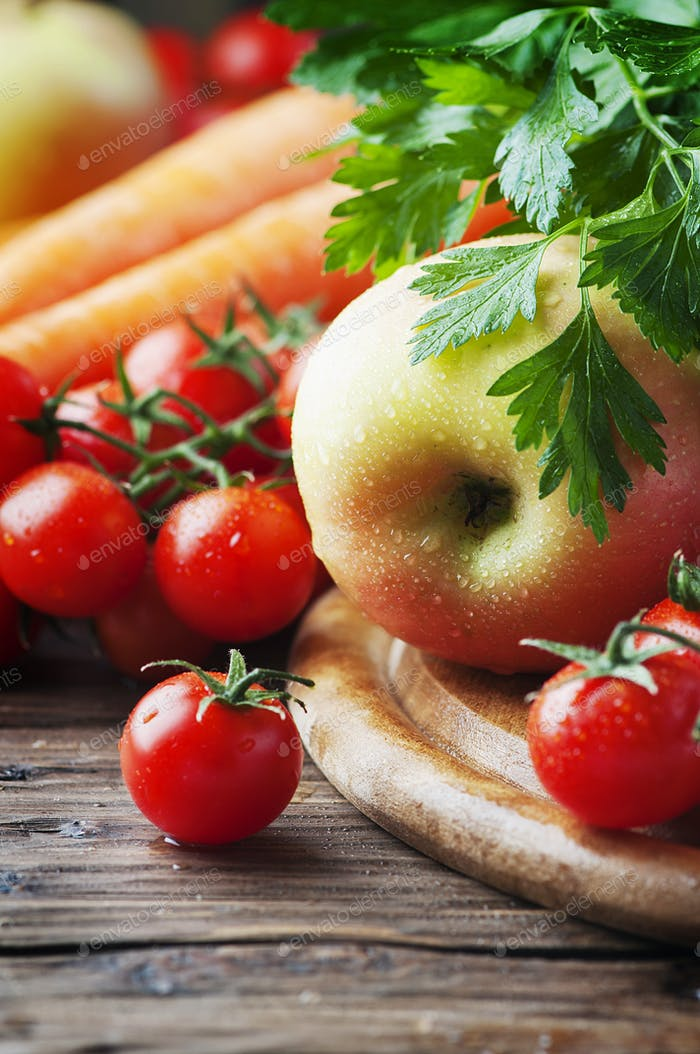 Konzept der gesunden Ernährung mit Tomaten, Karotte und Apfel
