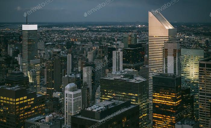 Skyline de Manhattan en la noche en Nueva York