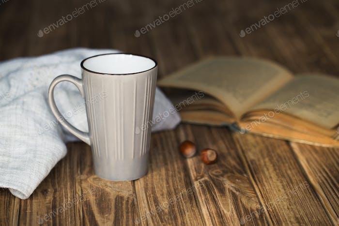taza de café con Libro en la tienda de café de color Vintage