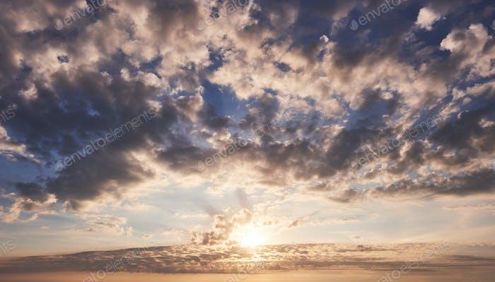 Dramatisch Sonnenuntergang und Sonnenaufgang Himmel