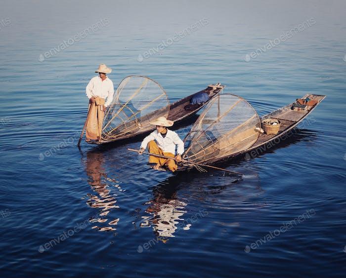Pescador tradicional birmano en el lago Inle, Myanmar