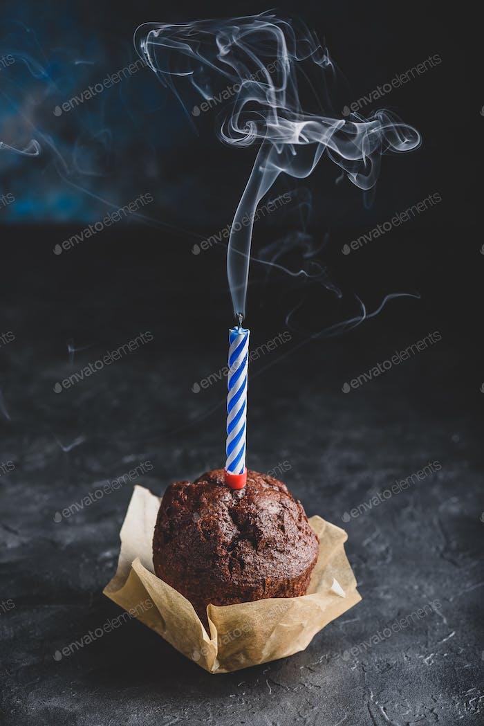 Geburtstag Schokolade Muffin mit geblasene Kerze