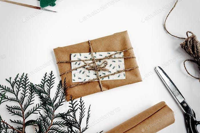 rustikale handgemachte präsentiert Spielzeug Essentials auf weißem Hintergrund