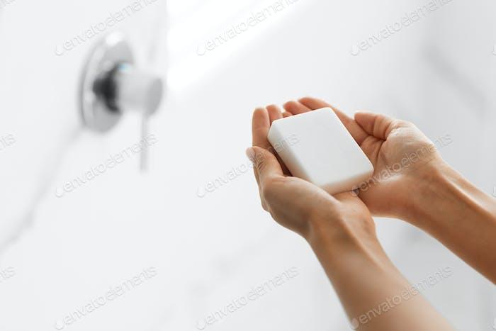 Frau Waschen Hände halten antibakterielle Seife im Badezimmer, Nahaufnahme