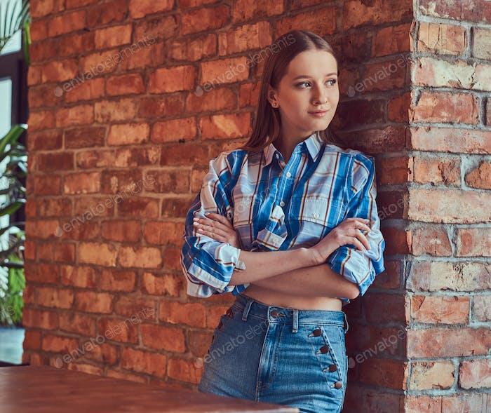 Молодая стройная сексуальная девушка в джинсовой куртке и фланелевой рубашке leani