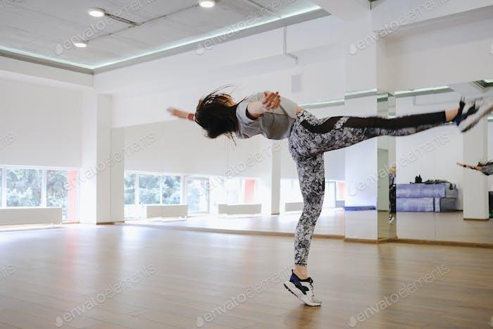 Junge moderne Tänzerin tanzen im Atelier