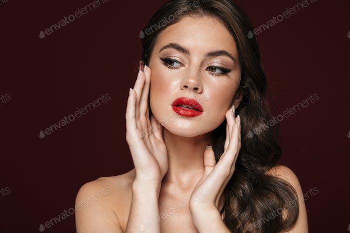 Imagen de una mujer sin camisa hermosa con maquillaje hermoso mirando a un lado