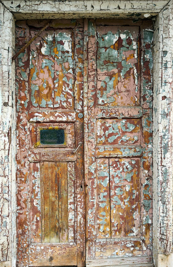 alte braune Tür auf der Vorderseite des Hauses