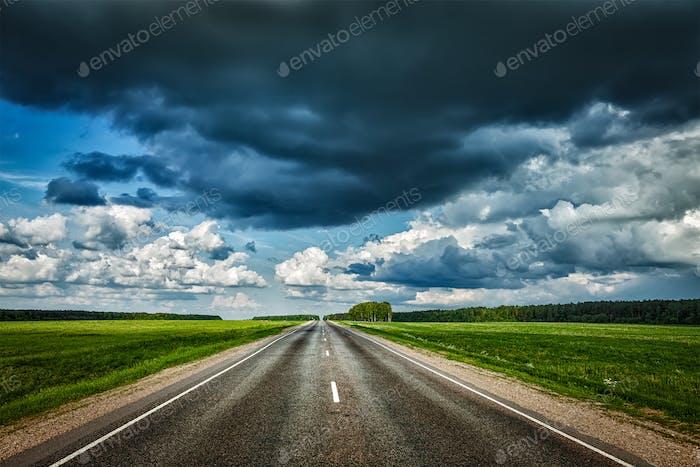 Straße und stürmischer Himmel