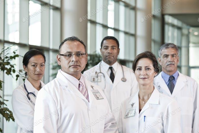 Gemischte Abstammung von Ärzten in Labormänteln.