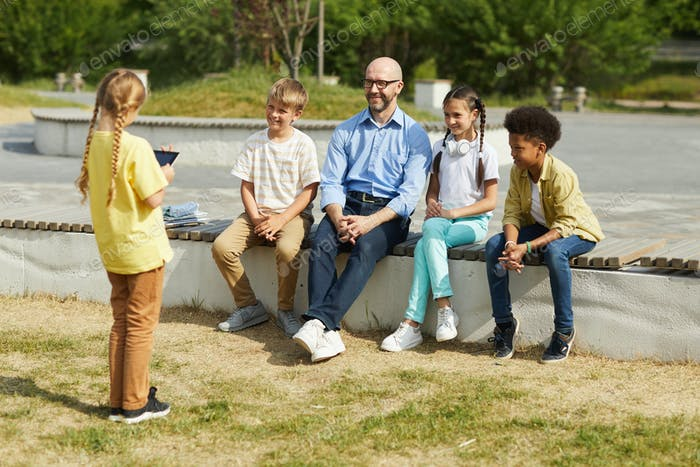 Mädchen geben Präsentation im Freien Lektion