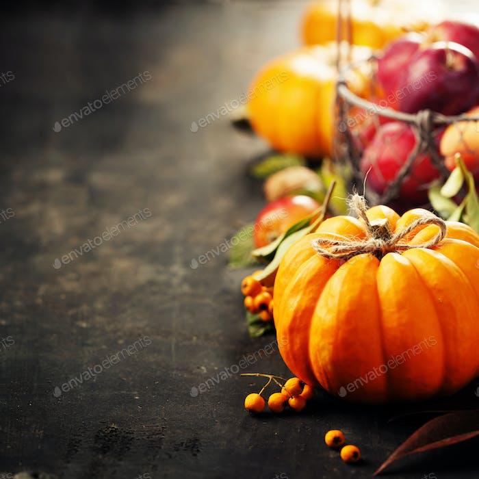 Rustikale Herbst-Grußkarte Hintergrund mit Kürbissen, Beeren, Äpfeln